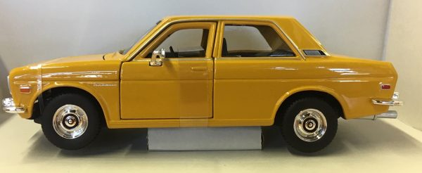 31518a - 1971 Datsun 510 - Yellow in 1:24 scale by Maisto