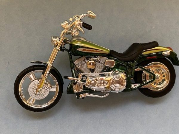 31360 37 3b rotated e1604772052210 - 2004 HARLEY DAVIDSON FXSTDSE CV0 MOTORCYCLE IN 1:18 SCALE