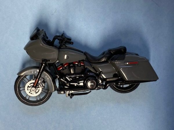 31360 37 6 rotated e1604772664291 - 2018 HARLEY DAVIDSON CVO ROAD GLIDE MOTORCYCLE IN 1:18 SCALE