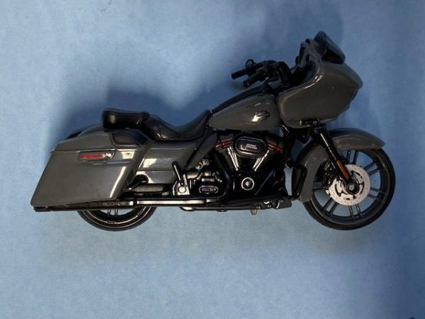 31360 37 6a rotated e1604772681385 - 2018 HARLEY DAVIDSON CVO ROAD GLIDE MOTORCYCLE IN 1:18 SCALE
