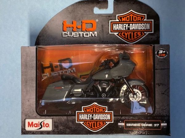 31360 37 6b rotated e1604772700866 - 2018 HARLEY DAVIDSON CVO ROAD GLIDE MOTORCYCLE IN 1:18 SCALE
