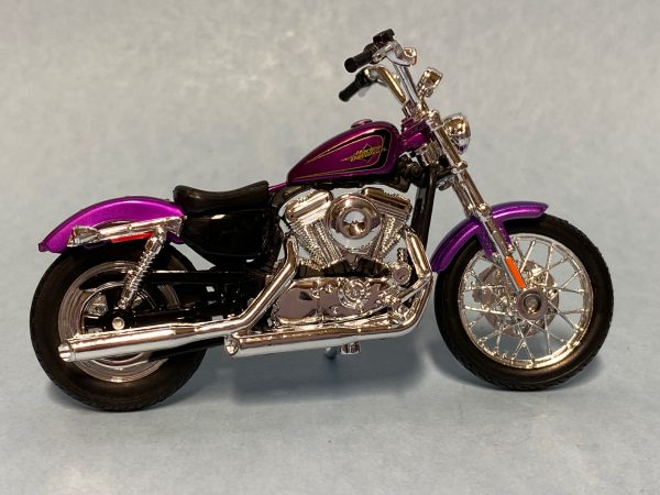 31360 38 5a - 2013 HARLEY DAVDISON XL 1200V SEVENTY-TWO MOTORCYCLE IN 1:18 SCALE