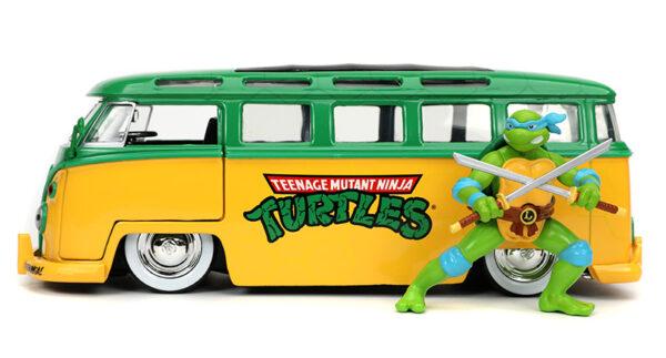 31786a - 1962 Volkswagen Bus with Leonardo Figure