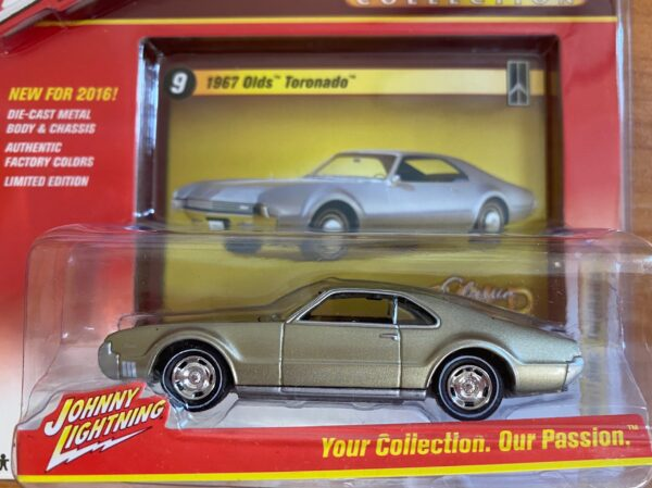 jlcg002b9 1 - 1967 OLDS TORONADO - JOHNNY LIGHTNING CLASSIC GOLD - 2016 SERIES -comes with a collector card